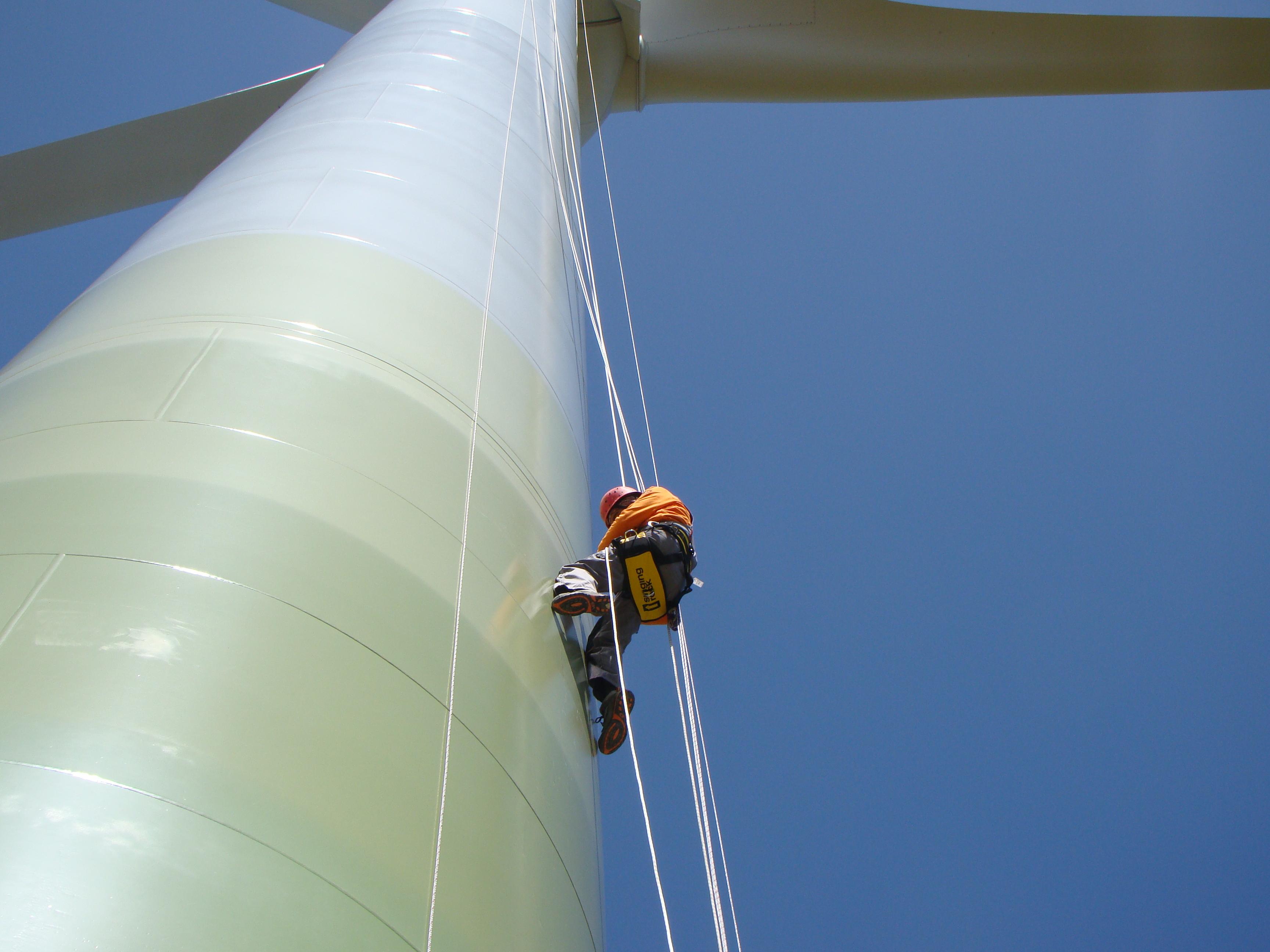 5-Tecnico-de-mantenimiento-escalando